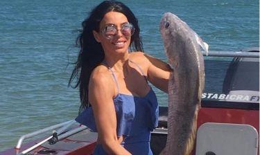 H Κελεκίδου έπιασε ένα ψάρι… ίσα με το μπόι της!