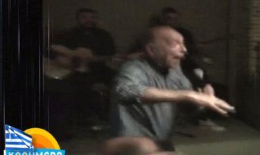 Ο Τάσος Αρνιακός πιάνει το μικρόφωνο και… τραγουδά