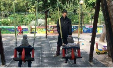 Αποστόλης Τότσικας: Στην παιδική χαρά με τα παιδιά του