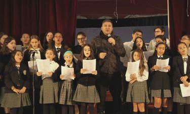 Αντώνης Ρέμος: Τραγούδησε μαζί με ελληνόπουλα στην Αστόρια των ΗΠΑ