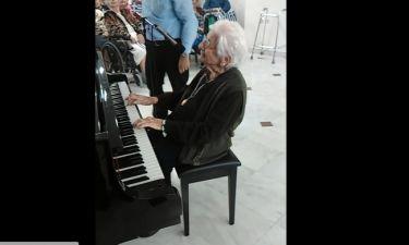 Η κ. Ευρυδίκη είναι 100 ετών, παίζει πιάνο και λυγίζει το ελληνικό διαδίκτυο