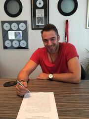 Γνωστός Έλληνας τραγουδιστής σε νέα δισκογραφική εταιρεία