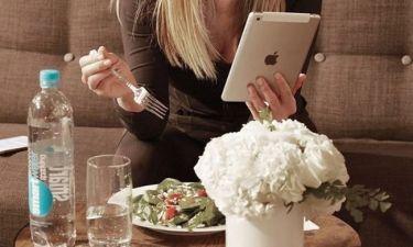 Στο ένα χέρι το πιρούνι, στο άλλο χέρι το tablet