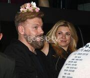 Αυτός κι αν είναι έρωτας! Τον ραίνει με λουλούδια!