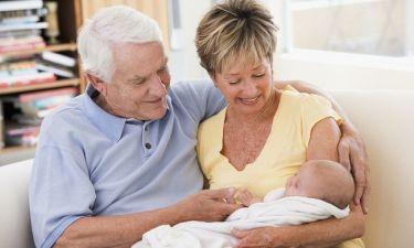 Μπέιμπι σίτινγκ: Οι κίνδυνοι για την υγεία των παππούδων