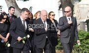 Συντετριμμένος ο Γιώργος Κατσαρός στην κηδεία της γυναίκας του
