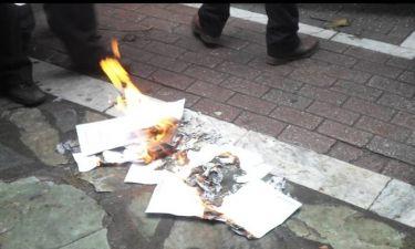 Συνταξιούχοι στη Λάρισα έκαψαν συμβολικά τις επιστολές Κατρούγκαλου (pics)