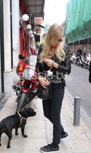 Γιάννη Πολιάκου: Βόλτα με το σκύλο της στο κέντρο της Αθήνας