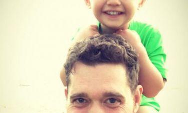 Ο τραγουδιστής επιβεβαίωσε τα δυσάρεστα: «Είμαστε συντετριμμένοι με τη διάγνωση για τον γιο μας»