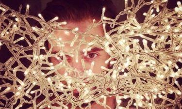 Κρύφτηκε μέσα στα λαμπιόνια ο Έλληνας τραγουδιστής