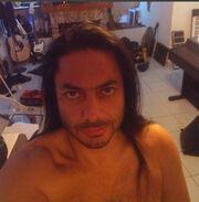 Έλληνας τραγουδιστής φωτογραφίζεται γυμνός στο μπάνιο του