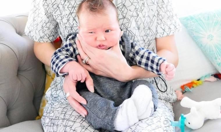 Ποζάροντας με τον ενός μηνός γιο της!