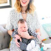Ποζάροντας με τον ενός μηνών γιο της!