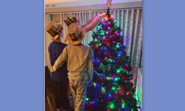 H Ντορέττα παπαδημητρίου στόλισε το χριστουγεννιάτικο δέντρο με τους γιους της