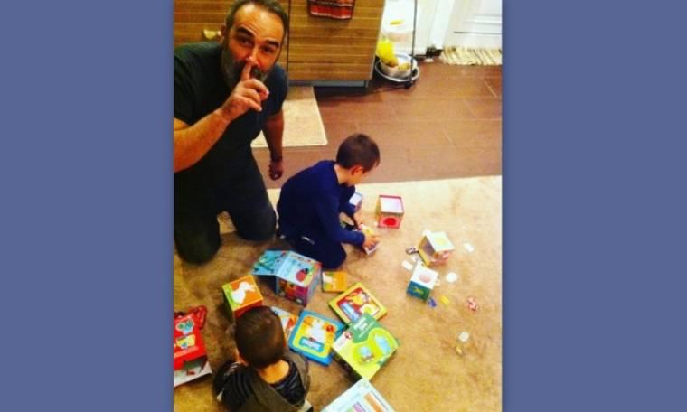 Γρηγόρης Γκουντάρας: Παίζει με τους γιους του στο σαλόνι του σπιτιού του