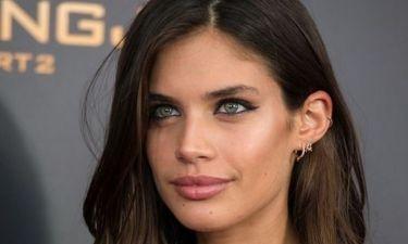 Sexiness ετών 25: Η Sara Sampaio μόλις επιβεβαίωσε γιατί είναι το πιο sexy μοντέλο της VS
