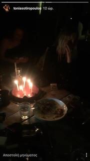 Ρούλα Ρέβη: Η συγκίνησή της με την τούρτα – έκπληξη των φίλων της (φωτο)