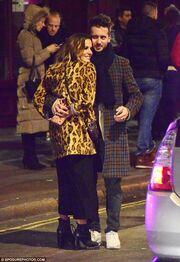 Γνωστή παρουσιάστρια αγκαλιά στη μέση του δρόμου με τον νέο της σύντροφο