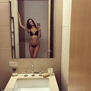 Ποζάρει με σέξι εσώρουχα μπροστά στον καθρέφτη της και «ρίχνει» το instagram