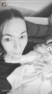 Ελληνίδα ηθοποιός βγάζει selfie αγκαλιά με τον γιο της