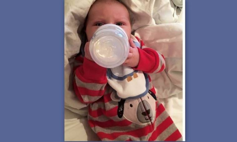 Τρυφερή φωτογραφία: Ενός μήνα ο γιος της και κρατά μόνος του το μπιμπερό