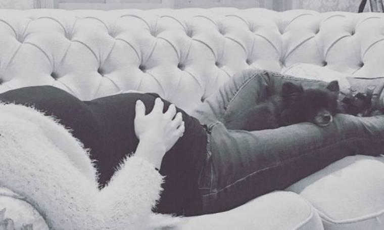 Ξαπλωμένη στον καναπέ της, χαϊδεύει τη φουσκωμένη της κοιλίτσα!