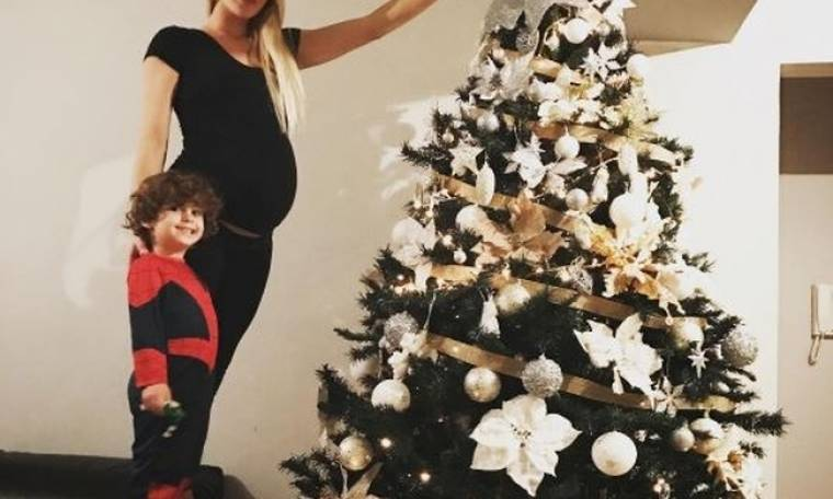 Ο μπόμπιρας στολίζει το δέντρο με την έγκυο μαμά του