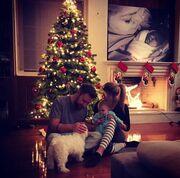 Βαρδής - Σκαφιδά: H φωτό με την κορούλα τους μπροστά στο χριστουγεννιάτικο δέντρο
