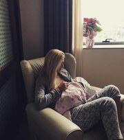 Φωτογραφία να… λιώνεις! Η Βάσω Κολλιδά θηλάζει τη νεογέννητη κορούλα της στο μαιευτήριο!