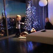 «Τρυφερή φωτό»! Δείτε την Πέγκυ Ζήνα να στολίζει το δέντρο με την κόρη της