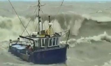 Απίστευτες εικόνες! Τεράστια κύματα «καταπίνουν» πλοία! (video)