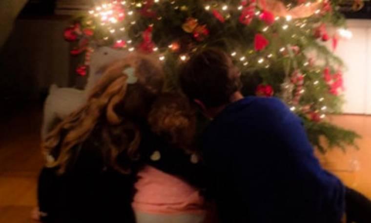 Βίκυ Καγιά: H κόρη της ποζάρει κάτω από το Χριστουγεννιάτικο δέντρο