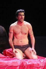 Έλληνας πρωταγωνιστής: «Δεν νιώθω εκτεθειμένος που βγαίνω με το εσώρουχο στη σκηνή»