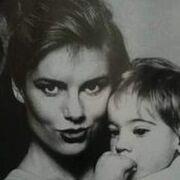 Ποια γνωστή Ελληνίδα είναι η μικρή της φωτογραφίας;
