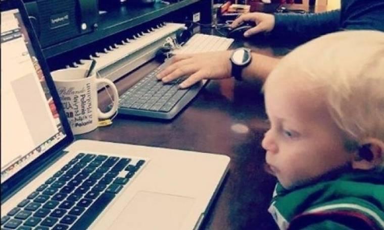 O τραγουδιστής μπήκε στο στούντιο με τον 1,5 χρόνων γιο του
