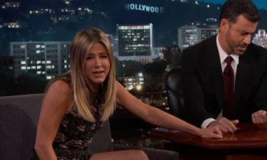Jennifer Aniston: Απολογήθηκε για το καρτελάκι στο παλτό της