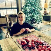 Eγκυμονούσα ηθοποιός στολίζει το χριστουγεννιάτικο δέντρο της!