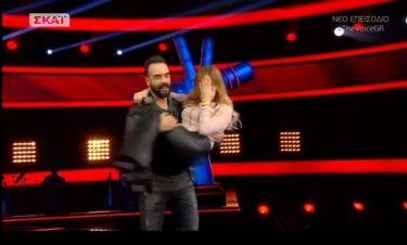 «The Voice»: Θεαματική έξοδος! Ο Μουζουράκης σήκωσε στα χέρια την διαγωνιζόμενη