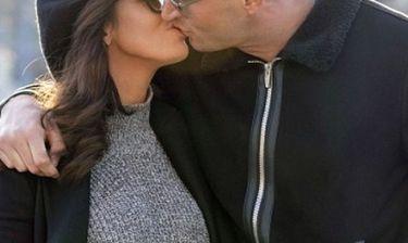Τρελά ερωτευμένη! Τα φιλιά στη μέση του δρόμου με τον σύντροφό της