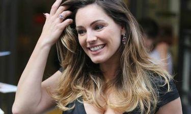 Sexiness alert! Η Kelly Brook φωτογραφίζεται topless και αναστατώνει το διαδίκτυο