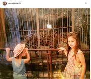 Ξετρελαθήκαμε με την παιδική φωτογραφία της Άννας Πρέλεβιτς με την αδερφή της