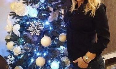 Ελληνίδα παρουσιάστρια ποζάρει δίπλα στο δέντρο της