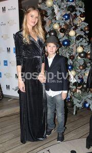 Γιάννα Πολιάκου: Σε Christmas fashion party με τον κούκλο γιο της!