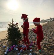 Τα παιδιά της στόλισαν το Χριστουγεννιάτικο δέντρο στην... παραλία