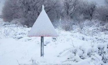ΤΩΡΑ: Χιονίζει στην Αττική – Έκλεισε ο δρόμος από Πεντέλη για Ν. Μάκρη
