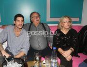 Ηλίας Βρεττός: Δείτε τον αδελφό και τους γονείς του στην πρεμιέρα του (φωτο)