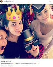 Τζένη Μπαλατσινού: Η selfie με τα παιδιά της στο χριστουγεννιάτικο δέντρο