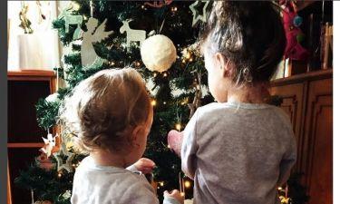 Μπροστά στο χριστουγεννιάτικο δέντρο οι κόρες της…