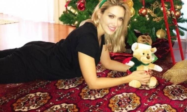 Έλενα Παπαβασιλείου: Ποζάρει στο Χριστουγεννιάτικο δέντρο του σπιτιού της