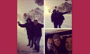 Ο Γιώργος Παπαδάκης παίζει με τους συνεργάτες του στα χιόνια έξω από τα στούντιο του ΑΝΤ1